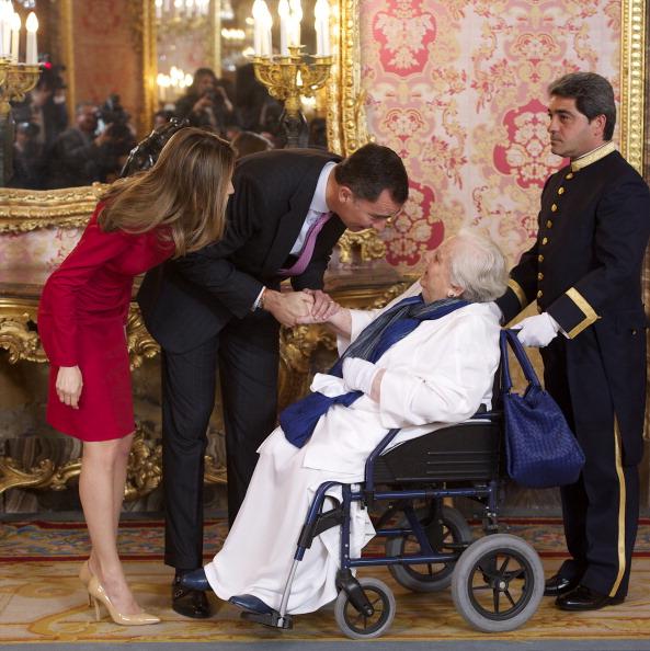 Принц и принцесса Испании Фелипе и Летиция встречают литератора Кармен Балцеллс (Carmen Balcells) в  королевском дворце в честь премии Сервантеса. Фоторепортаж. Фото: Carlos Alvarez/Getty Images