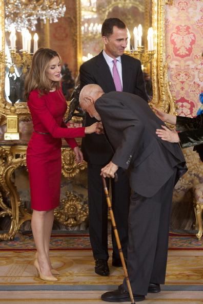Принц и принцесса Испании Фелипе и Летиция приветствуют писателя  Хосе Луиса Сампедро  (Jose Luis Sampedro)  в  королевском дворце в честь премии Сервантеса. Фоторепортаж. Фото: Carlos Alvarez/Getty Images