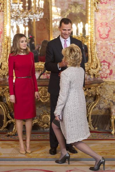 Принц и принцесса Испании Фелипе и Летиция приветствуют политика Эсперансу Агирре (Esperanza Aguirr) в  королевском дворце в честь премии Сервантеса. Фоторепортаж. Фото: Carlos Alvarez/Getty Images