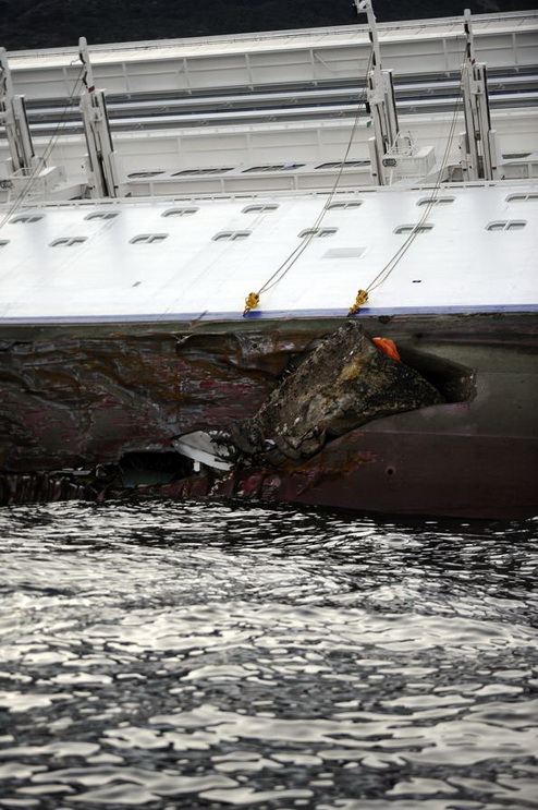 Гибель итальянского круизного лайнера  «Коста Конкордия».  Фоторепортаж с острова Гиглио. Фоторепортаж. Фото: Laura Lezza/Getty Images
