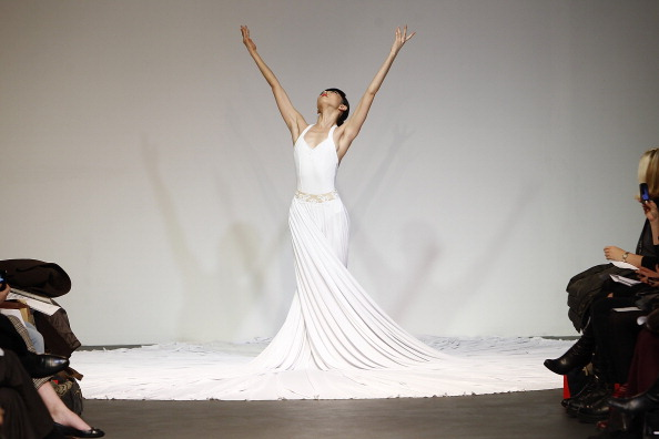 Белое бальное платье на показе моды Mercedes-Benz Fashion Week. Фоторепортаж. Фото: Joe Kohen/Getty Images