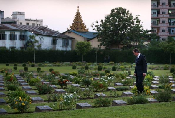Премьер-министр  Великобритании Девид  Кэмерон в Мьянме посетил британское военное кладбище. Фоторепортаж. Фото: Peter Macdiarmid/Getty Images