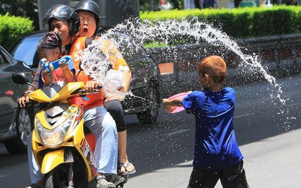 Встреча тайского Нового года — фестиваль Сонгкран. Фоторепортаж. Фото: read PORNCHAI KITTIWONGSAKUL/AFP/Getty Images