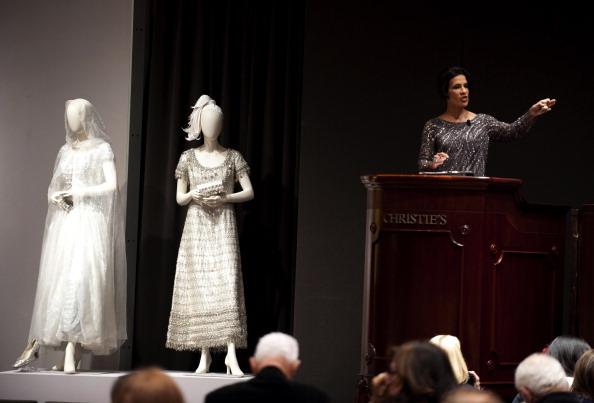 Фоторепортаж с распродажи коллекции Элизабет Тейлор The Icon & Her Haute Couture. Фото: DON EMMERT/AFP/Getty Images