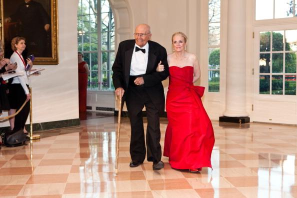 Гости на приеме в Белом доме. John Dingell и Deborah Dingell. Фоторепортаж. Фото: Brendan Hoffman, MANDEL NGAN/AFP/Getty Images