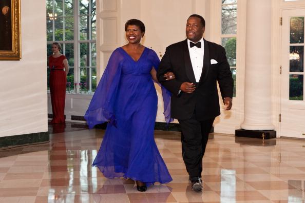 Гости на приеме в Белом доме. Gwen Ifill и Wendell Pierce. Фоторепортаж. Фото: Brendan Hoffman, MANDEL NGAN/AFP/Getty Images