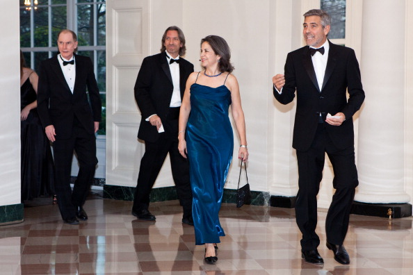 Гости на приеме в Белом доме. Joe Eldridge, John Pendergast, Maria Otero  и  George Clooney. Фоторепортаж. Фото: Brendan Hoffman, MANDEL NGAN/AFP/Getty Images