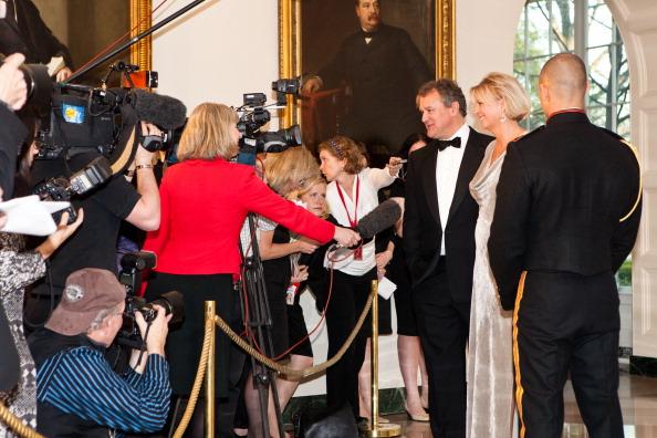 Гости на приеме в Белом доме. Hugh Bonneville и LuLu Williams. Фоторепортаж. Фото: Brendan Hoffman, MANDEL NGAN/AFP/Getty Images