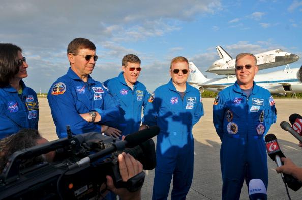 Экипаж космической экспедиции STS-133 в космическом центре имени Кеннеди в Кейп Канаверал, штат Флорида. Шаттл Discovery вышел на пенсию. Фоторепортаж. Фото: Roberto Gonzalez/Getty Images