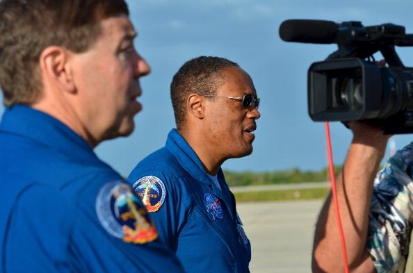 Астронавты космической экспедиции STS-133 Майкл Барратт (Michael Barratt)  и Элвин Дрю ( Benjamin Drew) в космическом центре имени Кеннеди в Кейп Канаверал, штат Флорида 16 апреля 2012 года. Шаттл Discovery вышел на пенсию. Фоторепортаж. Фото: Roberto Gonzalez/Getty Images