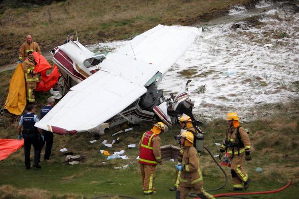 Авиакатастрофа. Легкомоторный самолет упал на поле для гольфа: один человек погиб, двое получили ранения. Фото:  Stefan Haworth/Getty Images