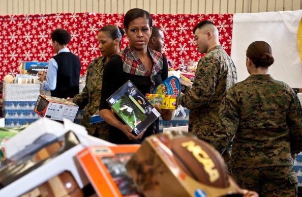 Мишель Обама подарила рождественские подарки детям военных.  Фото: NICHOLAS KAMM/AFP/Getty Images