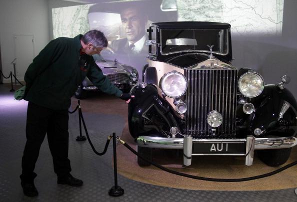 Выставка  автомобилей к 50-летию сериала о Джеймсе Бонде. Фоторепортаж. Фото: Matt Cardy/Getty Images