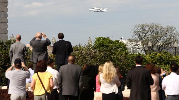 Многие жители Вашингтона собрались встретить шаттл Discovery, совершивший свой последний полёт из космического центра имени Кеннеди в Кейп Канаверал, штат Флорида, в Вашингтон. Фоторепортаж. Фото: PAUL J. RICHARDS/AFP/Getty Images