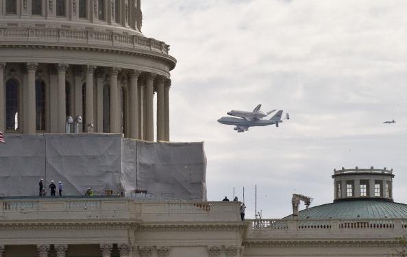 Шаттл Discovery прилетел в Вашингтон. Фоторепортаж. Фото: PAUL J. RICHARDS/AFP/Getty Images