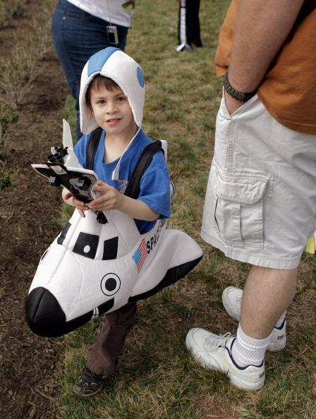 Шестилетний мальчик в аэропорту Даллеса в Шантийи, Вирджиния, встречал шаттл Discovery, надев костюм челнока. Фоторепортаж. Фото: PAUL J. RICHARDS/AFP/Getty Images