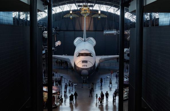 Шаттл Discovery был установлен в ангар Смитсоновского национального музея авиации и космонавтики   Стивена Удвар-Хейзи в космическом центре McDonnell. Фоторепортаж. Фото: PAUL J. RICHARDS/AFP/Getty Images