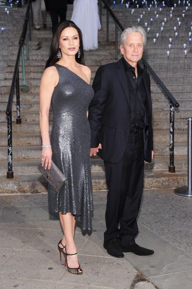 Кэтрин Зета-Джонс (Catherine Zeta Jones) и Майкл Дуглас (Michael Douglas) на вечеринке Vanity Fair в честь открытия кинофестиваля Tribeca-2012. Фоторепортаж. Фото: Jamie McCarthy / Getty Image