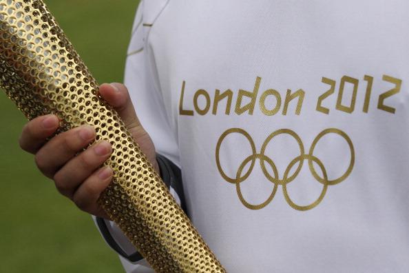 100 дней  до Олимпиады  «Лондон-2012».  Майка с символикой Олимпиады  «Лондон-2012»  и Олимпийский факел.  Фоторепортаж. Фото: Scarff/Getty Images