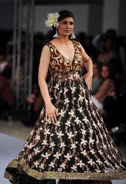 Коллекция нарядов пакистанских дизайнеров  на неделе моды в Исламабаде. Фоторепортаж. Фото: AAMIR QURESHI/AFP/Getty Images