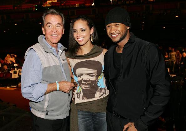 Дик Кларк (Dick Clark),  и певица Alicia Keys и Usher 13 ноября 2004 года на 32-й American Music Award. Фоторепортаж. Фото:  Frank Micelotta/Getty Images