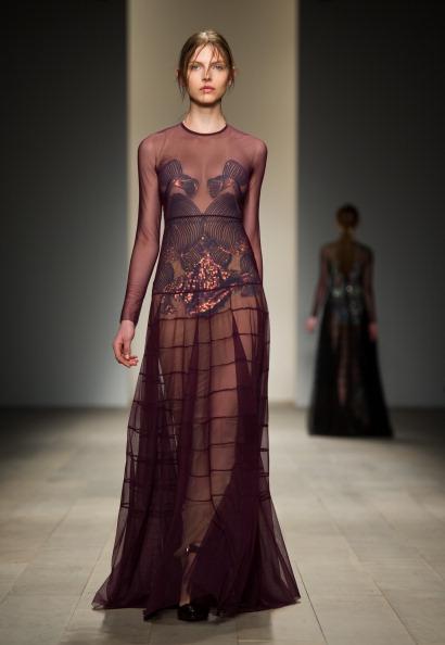 Модные платья из коллекции Marios Schwab на показе  London Fashion Week осень-зима 2012. Фоторепортаж. Фото: Ian Gavan/Getty Images