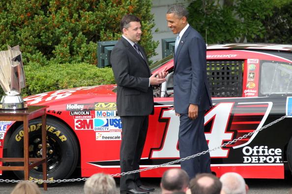 Барак Обама и чемпион гонок NASCAR Sprint Cup Series 2011 года Тони Стюарт на Южной лужайке перед  Белым домом 17 апреля 2012 года, Вашингтон, округ Колумбия.  Фоторепортаж. Фото: Ned Dishman/Getty Images for NASCAR