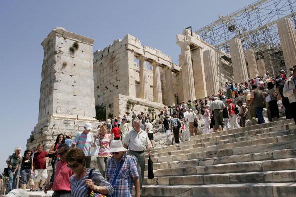 Греция сдает в аренду античные храмы Парфенон и Акрополь. Фото: Sean Gallup, LOUISA GOULIAMAKI/AFP/Getty Images
