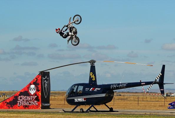 Прыжок Робби Маршалла через вертолет и  болид  F1. Фоторепортаж  из  Мельбурна.  Фото:  Scott Barbour/Getty Images