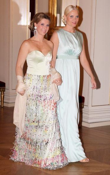 Наследная принцесса Норвегии Метте-Марит   и принцесса Марта-Луиза на банкете в Норвежском королевском дворце. Фоторепортаж. Фото: Chris Jackson/Getty Images