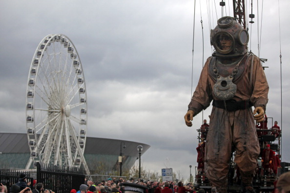 Гигантские куклы в одиссее «Титаника». Фоторепортаж  из Ливерпуля. Фото: Christopher Furlong / Getty Images