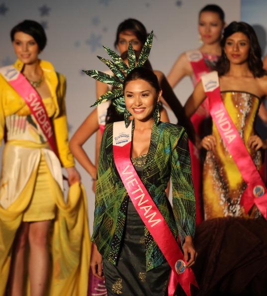 Участницы международного конкурса «Мисс Туризм 2011» на показе моды малазийских дизайнеров. Фоторепортаж. Фото: MOHD RASFAN/AFP/Getty Images