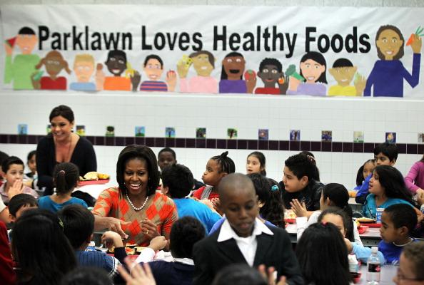 Мишель Обама пообедала в школьной столовой в Александрии.  Фоторепортаж. Фото: Alex Wong/Getty Images