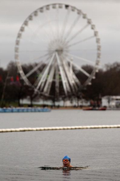 Рождественское купание на озере в Гайд-парке в Лондоне. Фоторепортаж. Фото: Oli Scarff / Getty Images