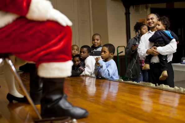 Санта Клаус на Рождественском ужине для детей в Бруклине. Фоторепортаж. Фото: Andrew Burton / Getty Images