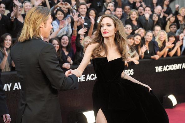 Анджелина Джоли и  Брэд Питт на церемонии Annual Academy Awards в Голливуде. Фоторепортаж. Фото: Kevork Djansezian/Getty Images