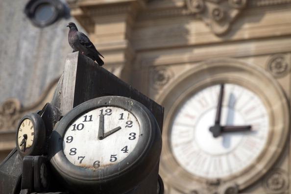 Часы в жизни человека. Фото: Oli Scarff, Jeff J Mitchell, YOSHIKAZU TSUNO/AFP/Getty Images