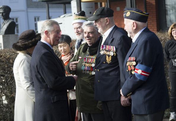Камилла и принц Чарльз в Дании после службы в английской церкви Сент-Олбанс пообщались с ветеранами. Фоторепортаж. Фото: Arthur Edwards - Pool /Getty Images
