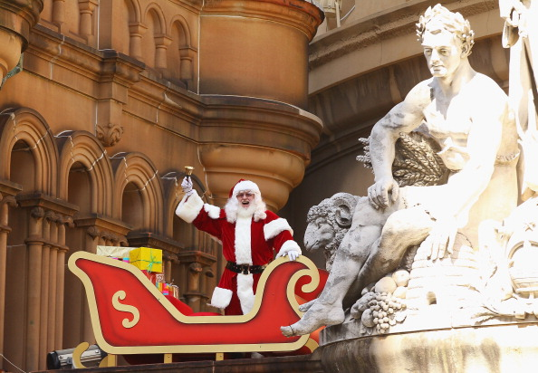 Санта Клаус приземлился на крыше дома королевы Виктории. Фоторепортаж из Сиднея. Фото: Mark Kolbe/Getty Images