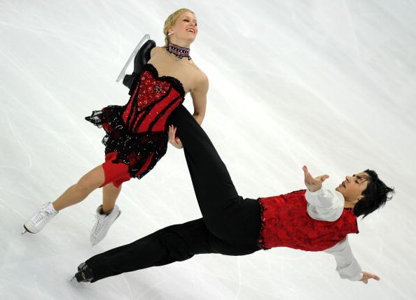 ЧМ по фигурному катанию. Победители Кейтлин Вивер и Эндрю Поже из Канады.  Второй день квалификационных соревнований.  Фото:  ALEXANDER NEMENOV/YURI KADOBNOV/AFP/Getty Images