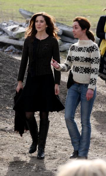 Кронпринцесса Дании Мэри и актриса Софи Грабол (Sofie Grabol) на школьной органической ферме. Фоторепортаж. Фото: Chris Jackson / Getty Images