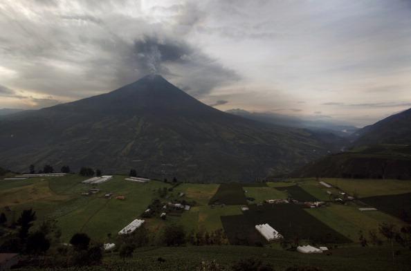 Вулкан Тунгурауа в Эквадоре вновь активизировался. Фото: PABLO COZZAGLIO/AFP/Getty Images