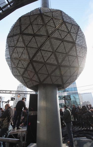 Новогодний шар на Таймс-сквер в Нью-Йорке засверкал новыми лучами. Фоторепортаж. Фото: Mario Tama/Getty Images