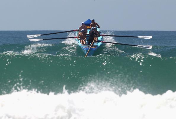 Спасатели Elouera Surf на лодке прорываются через  волны. Фото: Ryan Pierse / Getty Images