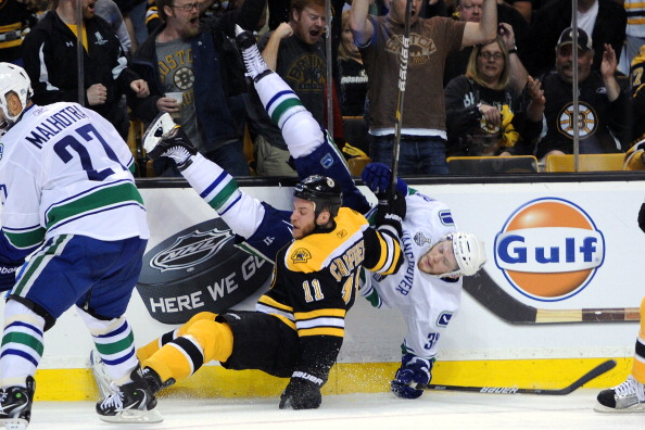 Фоторепортаж о массовой драке в матче между командами  «Бостон Брюинс» и «Ванкувер Кэнакс». Фото: Bruce Bennett /Harry How /Rich Lam/Getty Images