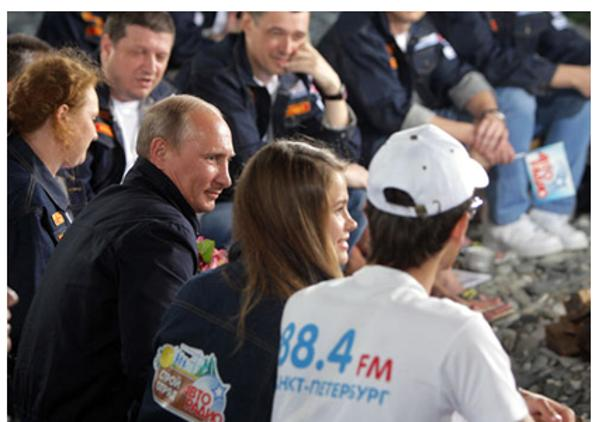 Владимир Путин в Сочи спел со стройотрядовцами «Авторадио» песню Пугачевой. Фото с сайта:  premier.gov.ru