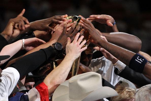 «Даллас Маверикс» стал обладателем Кубка Ларри О'Брайена. Фоторепортаж из Майами. Фото: Tom Pennington/Mike Ehrmann/ Ronald Martinez/Getty Images