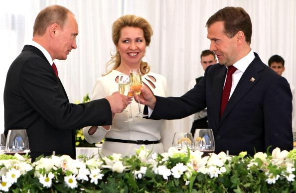 Дмитрий Медведев и Владимир Путин в День России. Фоторепортаж из Кремля. Фото: ALEXEY NIKOLSKY/AFP/Getty Images