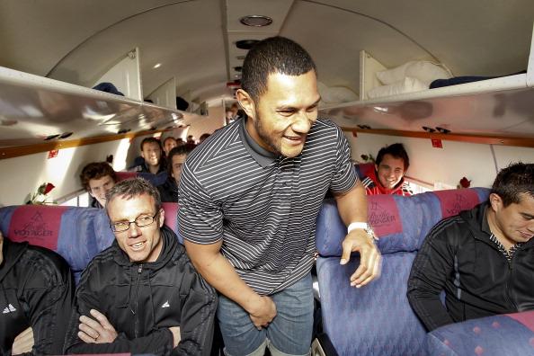 В Крайстчерче Регбист Робби Фруэн с командой «Крестоносцев» готовится к полету  на самолете.  Фото: Martin Hunter/Getty Images