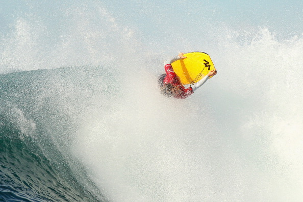 Фоторепортаж  и видео о серфинге: Майк Стюарт катается на волнах. Фото: Cameron Spencer/Getty Images